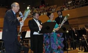 Fernando Argenta sostiene el ramo de flores que le fue entregado