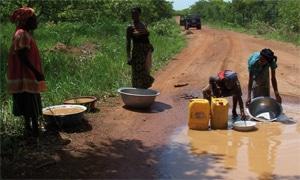 Mujeres recogiendo agua