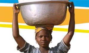 Mujer transportando agua
