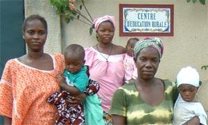 Mujeres que asisten al Centro de Educación de la ONG