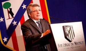 Enrique Cerezo hace entrega de la camiseta del Club a Dña. Teresa de Borbón