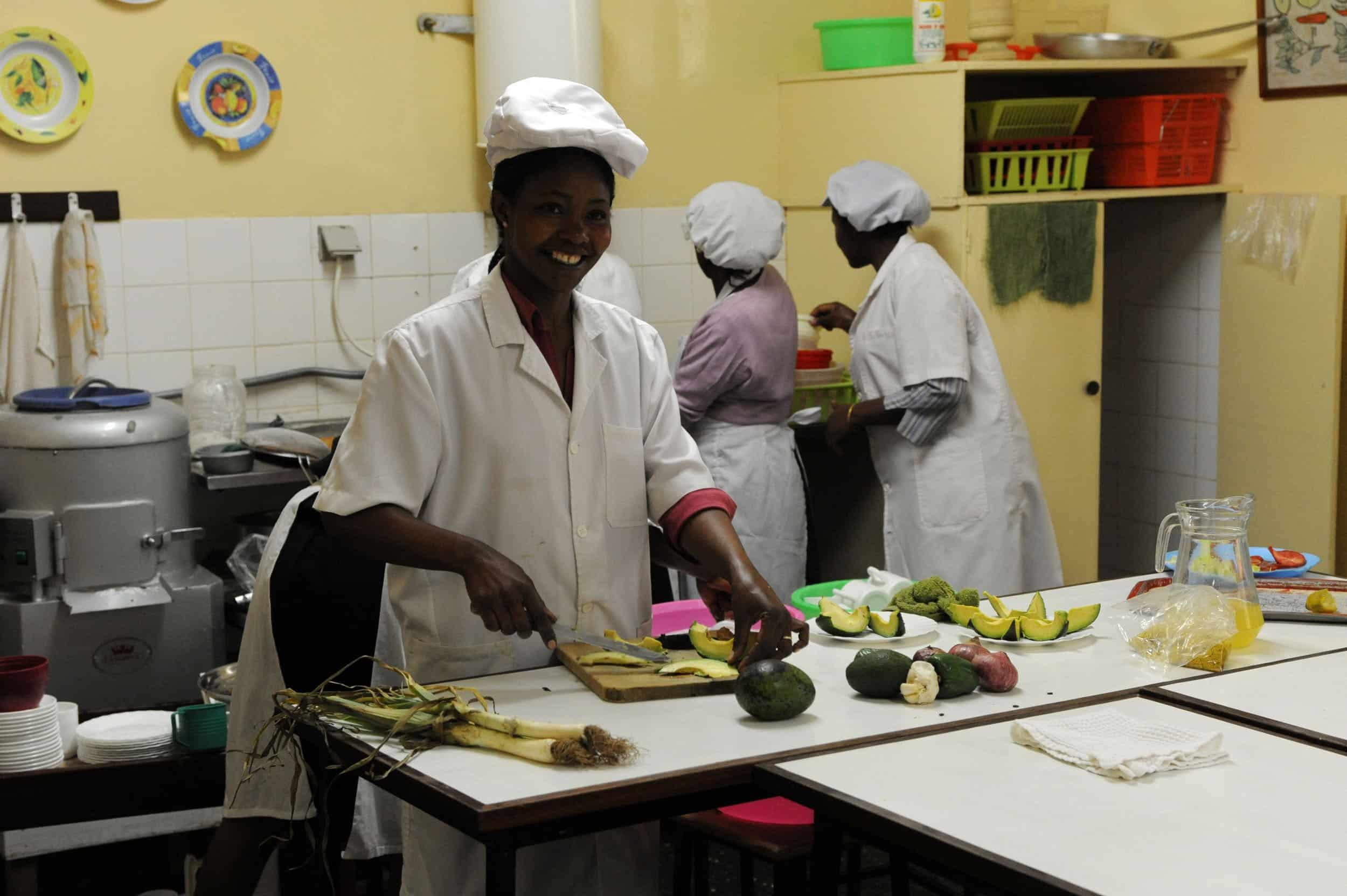 Programa de formación profesional en hostelería para mujeres jóvenes en Yaoundé