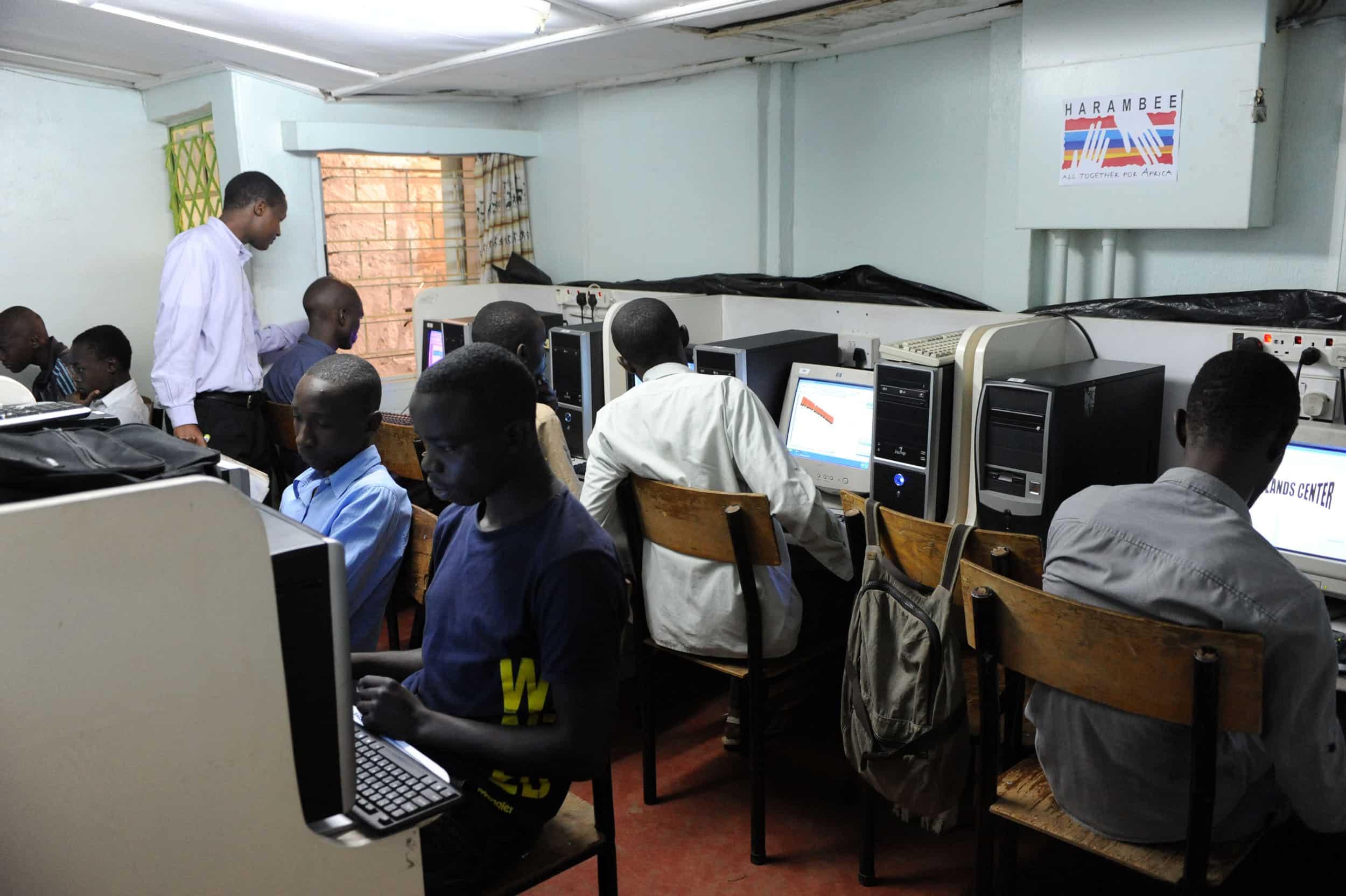 Formación de personal y entrega de material pedagógico en el área de la informática.