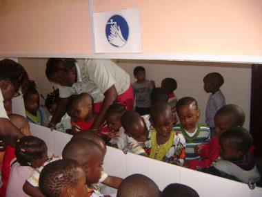 alumnos de preescolar del Colegio Tiama lavándose las manos antes de ir a comer