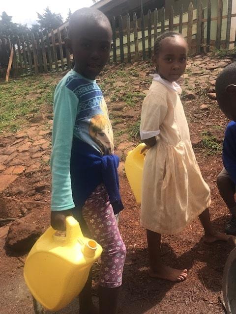 Soluciones para la escasez de agua en África. Niñas luchando contra la escasez de agua en el África subsahariana