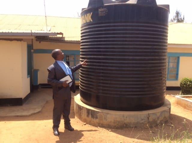 Soluciones para la escasez de agua en África. Niñas luchando contra la escasez de agua en el África subsahariana Soluciones para la escasez de agua en África. Soluciones para la escasez de agua en África. proyecto para la instalacion de bombas de agua y mejora de tuberias en el hospital Muthale